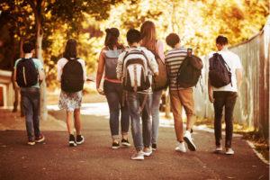 Photo représentant des écoliers sur la route de l'école