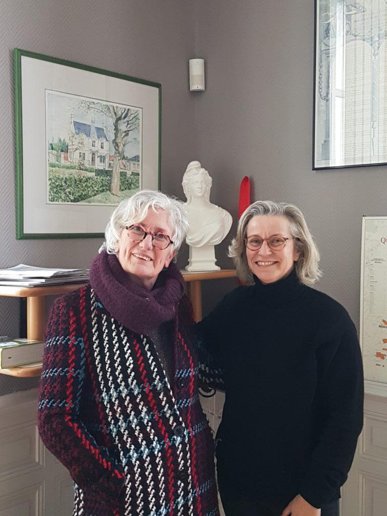 L'artiste peintre Catherine Arnault Carbonel devant l'une de ses toile accompagnée de Madame le maire de Reuilly Nadine Bellurot