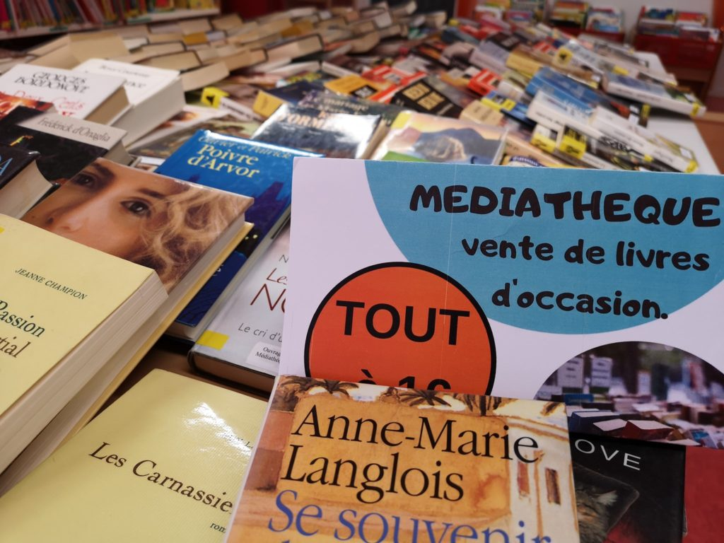 Vente de livres et exposition à la médiathèque